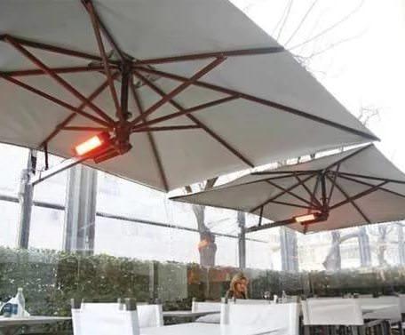 Обогреватель Stromm 6-20R в летнем кафе.