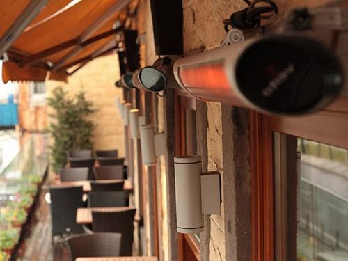 Карбоновый обогреватель Veito Blade в уличном кафе